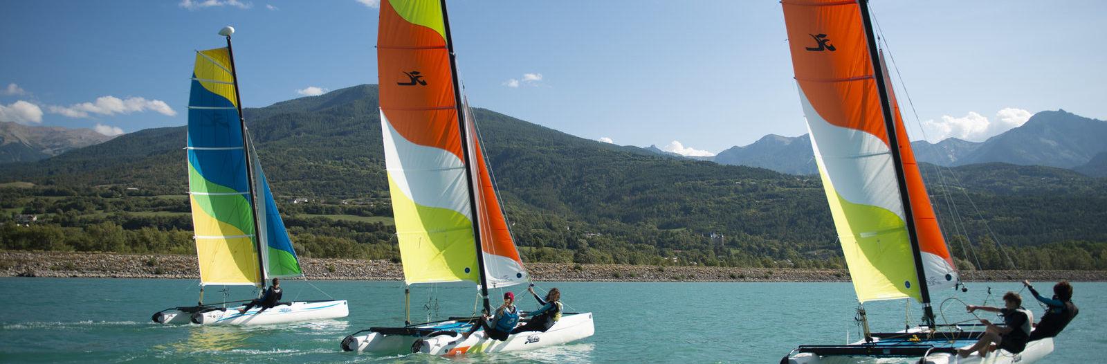 Catamarans sur le lac de Serre-Ponçon